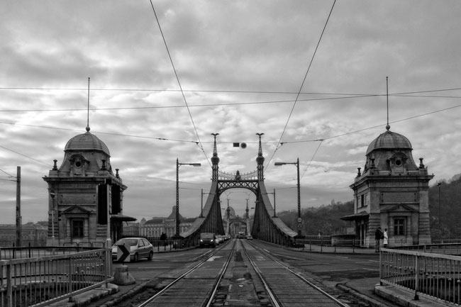 Circulation sur le Pont de la Liberté, Budapest - Traffic on the Liberty Bridge, Budapest