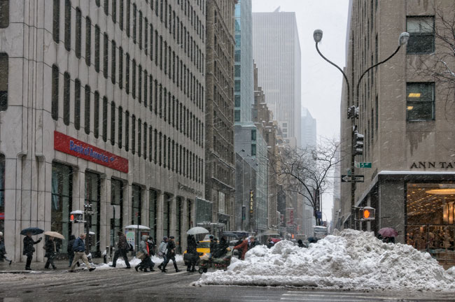 Tas de neige sur la 5e Avenue, New York - Snow pile on 5th Avenue, New York